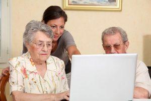 bejaard echtpaar hulp computer